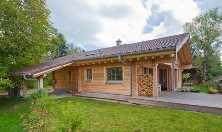 Holzhaus aus massiven kantholzbalken bachmeier for Holzhaus modern bauen