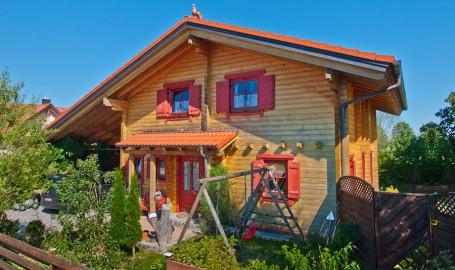 "Holzhaus aus massiven Kantbalken ""Jüngling"""