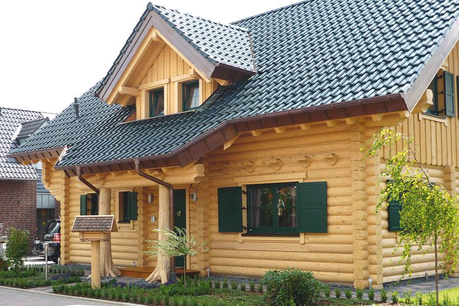 Holzhaus aus massiven rundbalken peters holzhaus for Holzhaus modern bauen