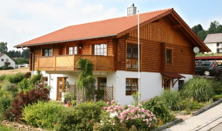 "Holzhaus mit Rundbalken-Obergeschoss ""Berg"""