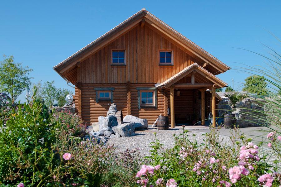 holzhaus aus massiven rundholzbalken sedlmair holzhaus hultahaus bauen in bayern baden. Black Bedroom Furniture Sets. Home Design Ideas